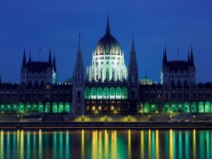 Vista nocturna del Parlamento de Budapest