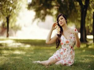 Chica sentada sobre la hierba