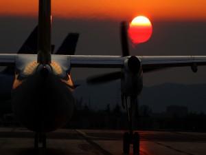 Avión despegando al amanecer
