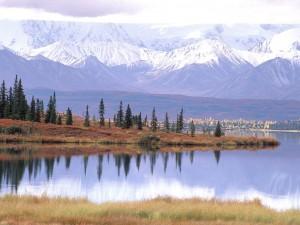 Lago bajo las grandes montañas