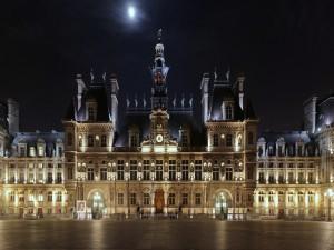 Luces en la fachada del Ayuntamiento de París