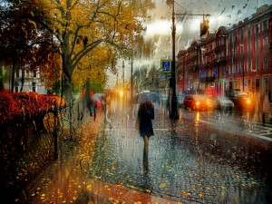 Mujer caminando bajo la lluvia