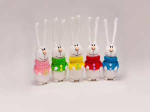 Conejos vestidos de varios colores