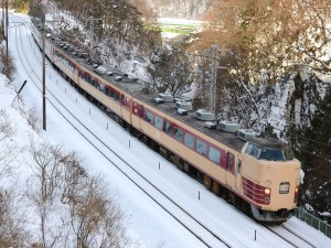 Tren de pasajeros circulando en invierno