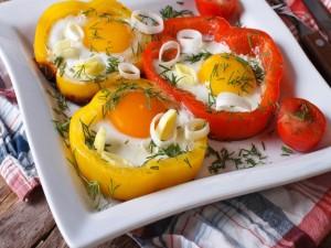 Huevos envueltos en rodajas de pimientos