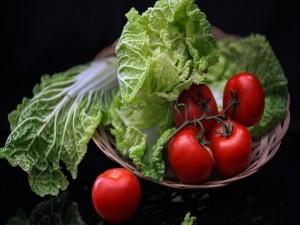Hojas de col y tomates