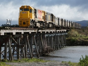 Tren de mercancías cruzando un puente