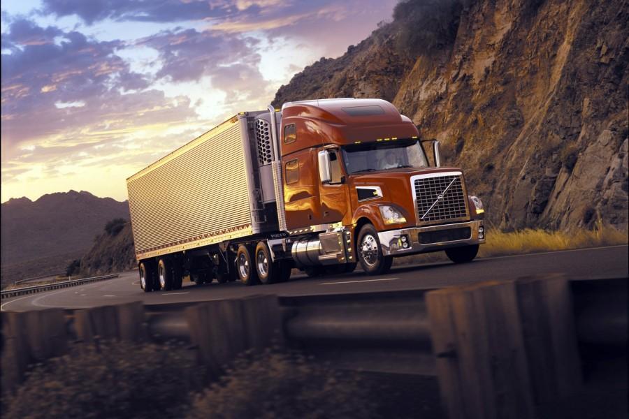 Camión Volvo en la carretera