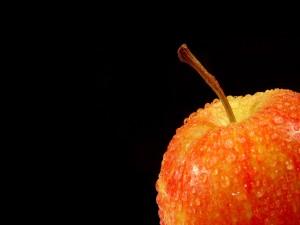 Gotitas de agua sobre la manzana