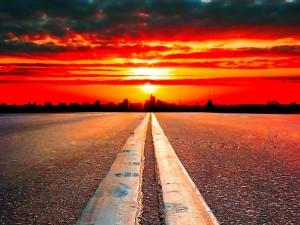 Carretera iluminada por los primeros rayos de sol