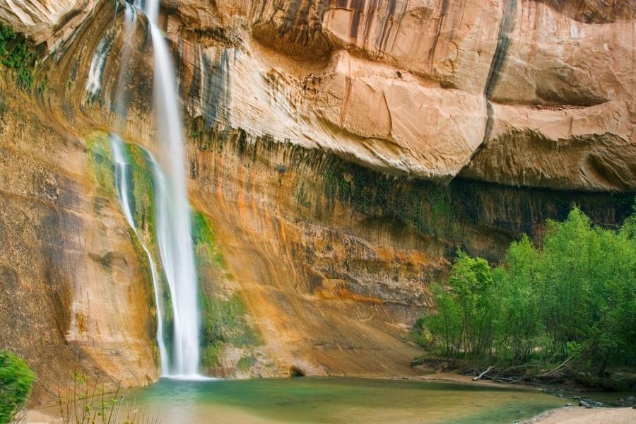 Colosal cascada entre las rocas