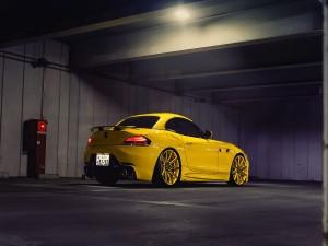 Un BMW Z4 amarillo