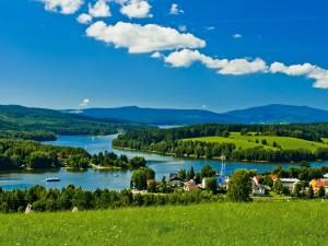 Vista del lago Lipno (Frymburk, República Checa)