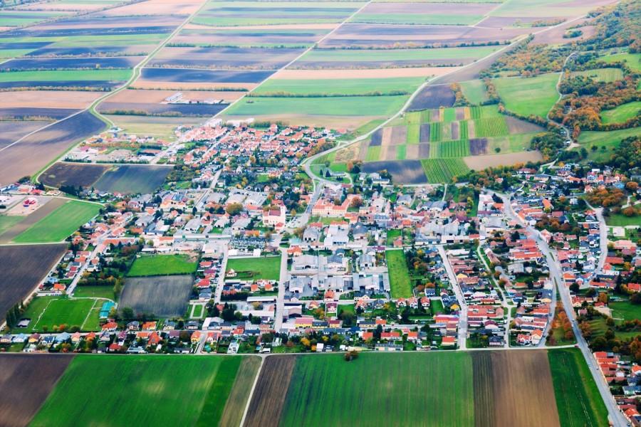Vista aérea de un hermoso poblado en Europa con verdes planicies