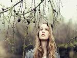 Chica contemplando la lluvia