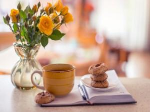 Galletas junto a un tazón de café