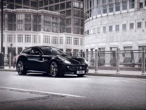 Un Ferrari FF de color negro