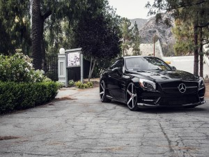 Un elegante Mercedes SL de color negro