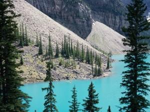 Canoa en el lago Moraine (Alberta, Canadá)