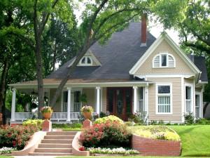 Frente a una bella casa con jardín