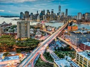 Al caer la noche en Manhattan (Nueva York)
