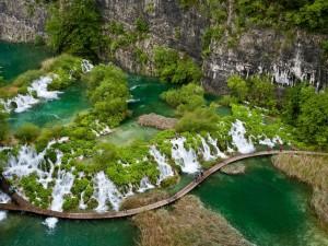 Admirando las cascadas de agua cristalina (Parque Nacional de los Lagos de Plitvice)