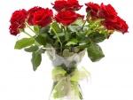 Ramo de rosas rojas en un florero de cristal