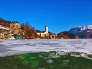 Lago Wolfgangsee congelado en Austria