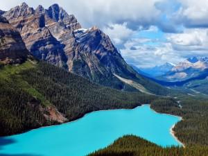 Increíble lago azul en tierras canadienses