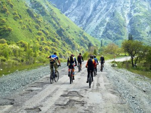 Ciclistas cruzando las montañas