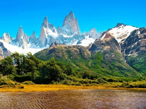 Montañas nevadas en la Patagonia (Argentina)