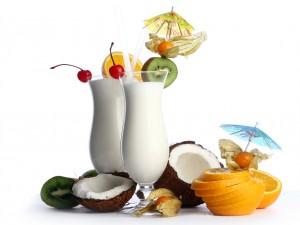 Exquisitos cócteles de frutas con leche de coco, naranja y kiwi.