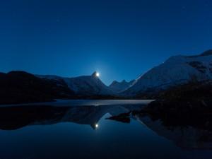 La luna se asoma detrás de las montañas