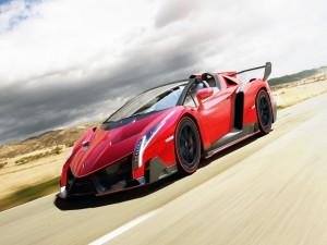 Lamborghini Veneno circulando por una carretera