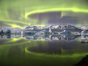 Aurora sobre una laguna glaciar (James Woodend)