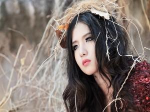 Modelo asiática mimetizada con la naturaleza