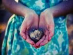 Sosteniendo una piedra con forma de corazón