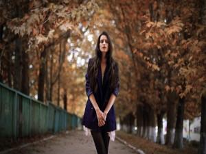 Chica caminando en otoño