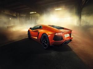 Lamborghini Aventador de color naranja en un garaje con humo