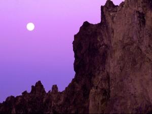 Luna llena sobre un acantilado