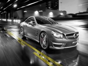 Un Mercedes V8 Biturbo en una carretera
