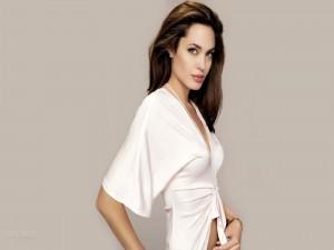 Angelina Joli con una camisa blanca