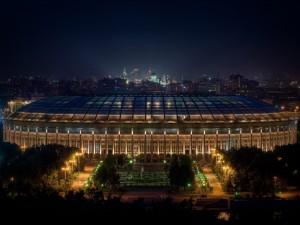 Observando el sensacional Estadio Olímpico Luzhnikí en la noche