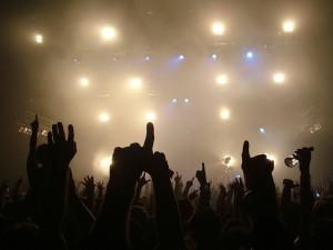 Las manos en alto durante el concierto