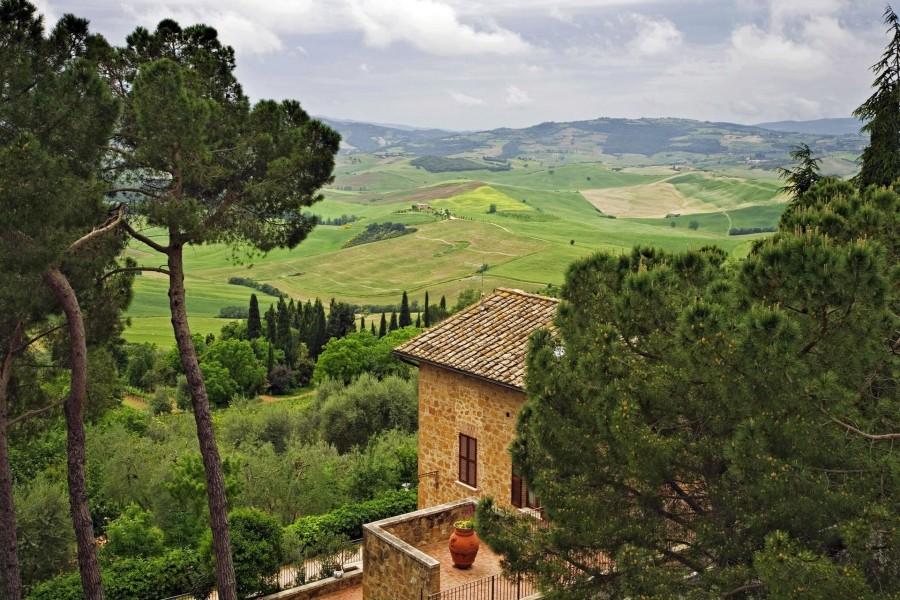 Casas en las verdes colinas