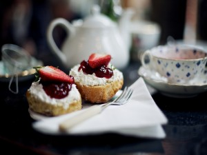 Panecillos con queso y mermelada de fresas para acompañar el té