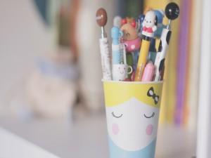 Bolígrafos en una bonita taza