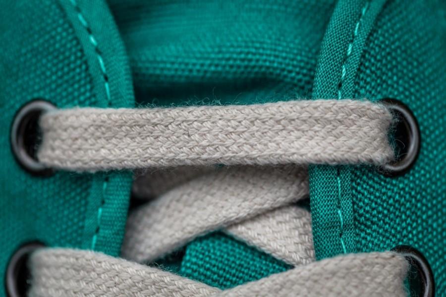 Cordones blancos en una playera verde
