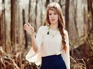 Chica con trenzas en el cabello