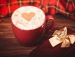 Corazón sobre un cappuccino